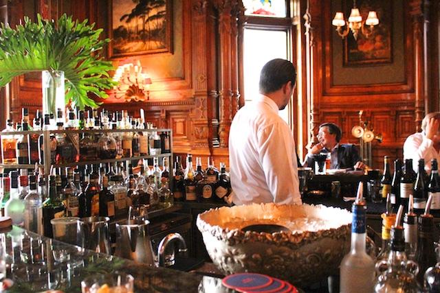 le Mount Stephen bartender in bar